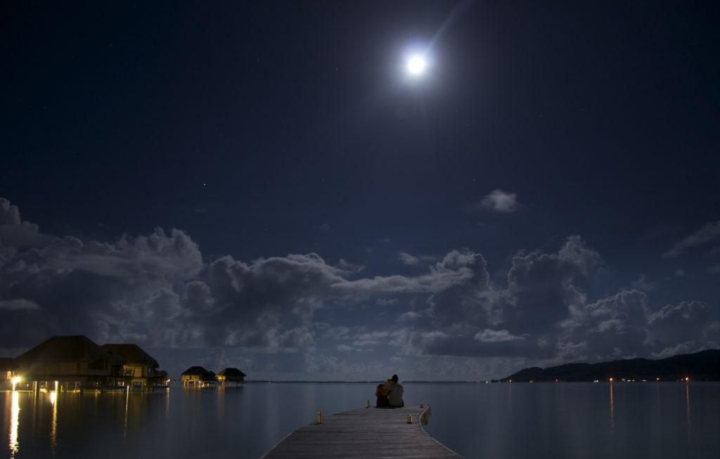 Луна и парочка на мосту