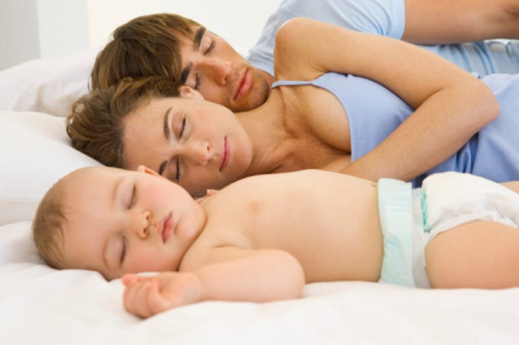 Малыш спит с семьей