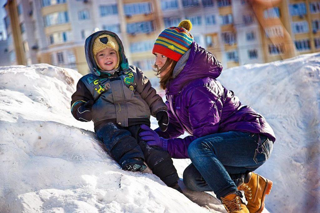 Ребенок с мамой зима