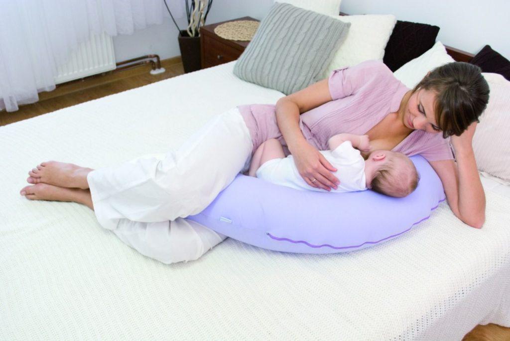 можно ли кормящей маме спать на животе