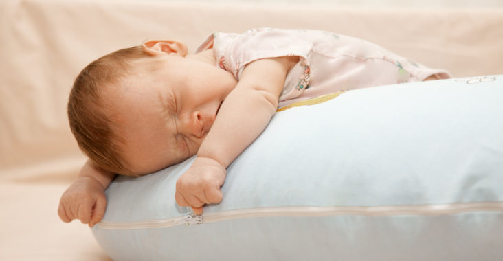 новорожденный спит с открытыми глазами