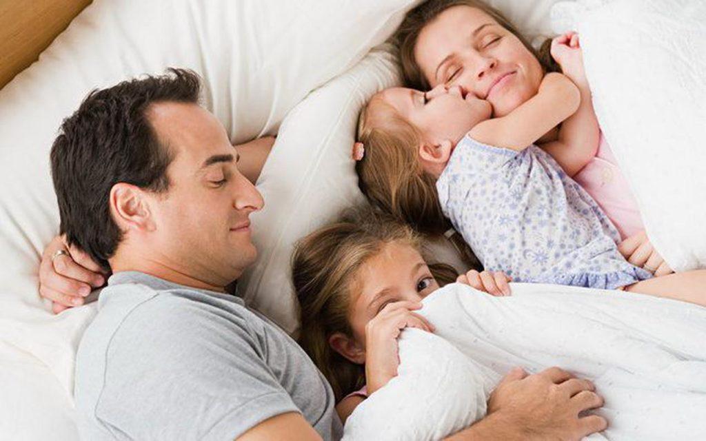 Дети спят с родителями