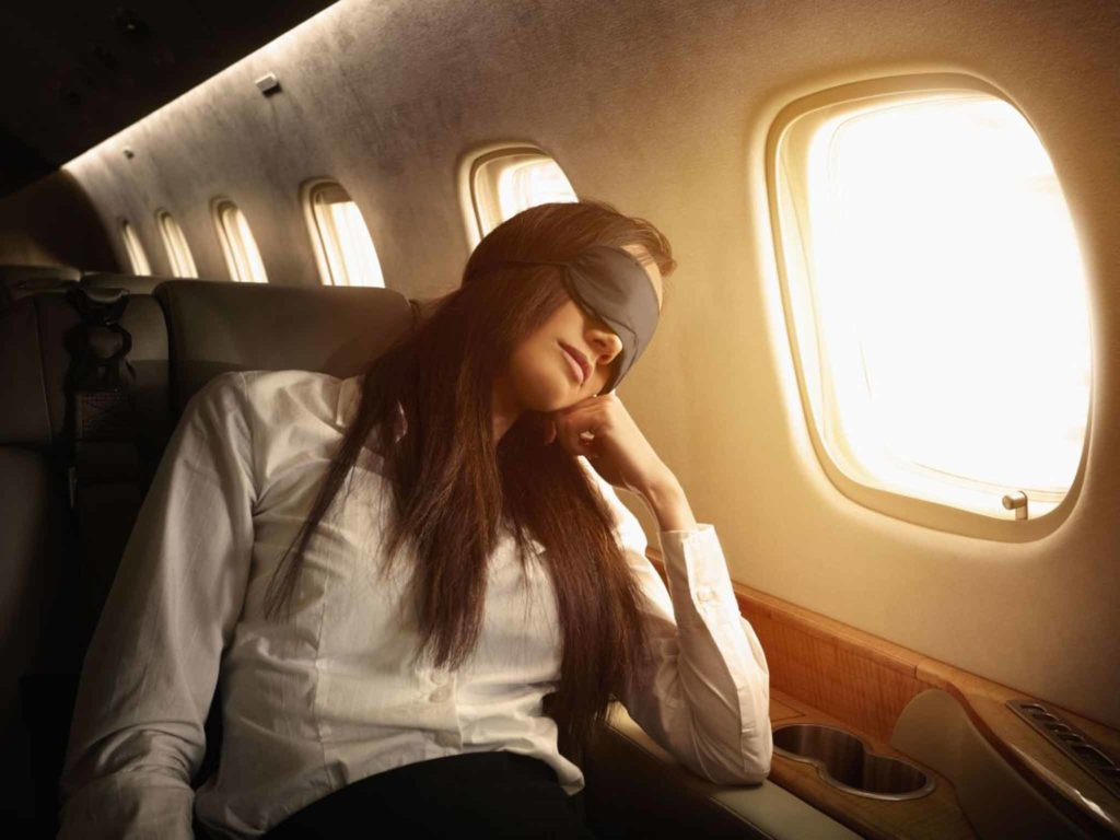 спит в самолете