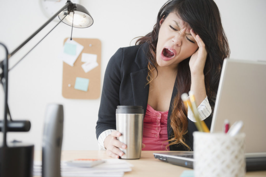 Как ни странно, чаще всего зевают от усталости вечером :)