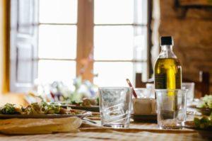 Льняное масло и стакан воды