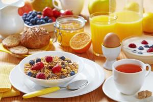 Завтрак: каша, ягоды, яйцо, сок