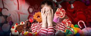 Девушка в окружении сладостей