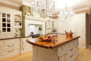 Ярко освещенная кухня