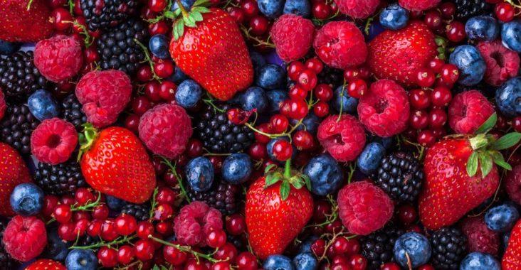 ягоды малины, клубники, черники