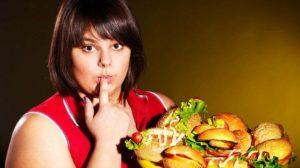 Женщина с большим количеством еды.