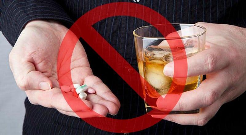 Алкоголь с таблетками и запрещающий знак