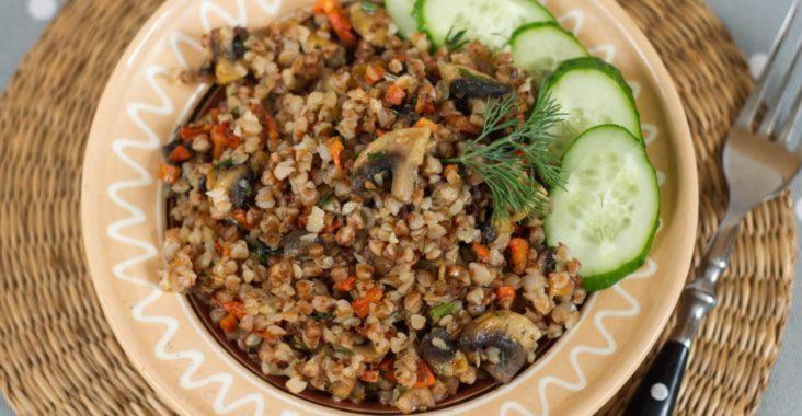 Тарелка гречки с грибами и свежим огурцом