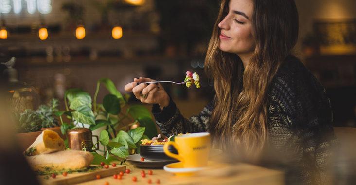 Ужинующая женщина