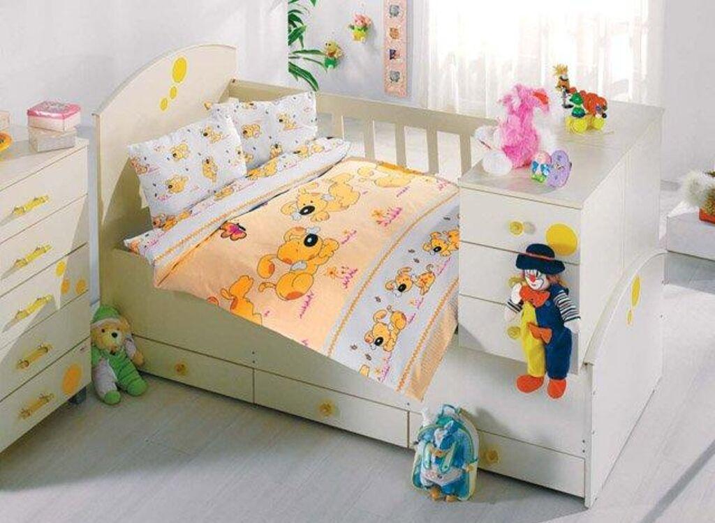 Детская кроватка с постельными принадлежностями