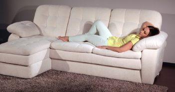 Женщина отдыхающая на диване