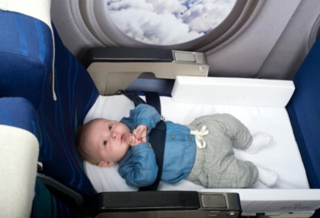 Малыш в самолете