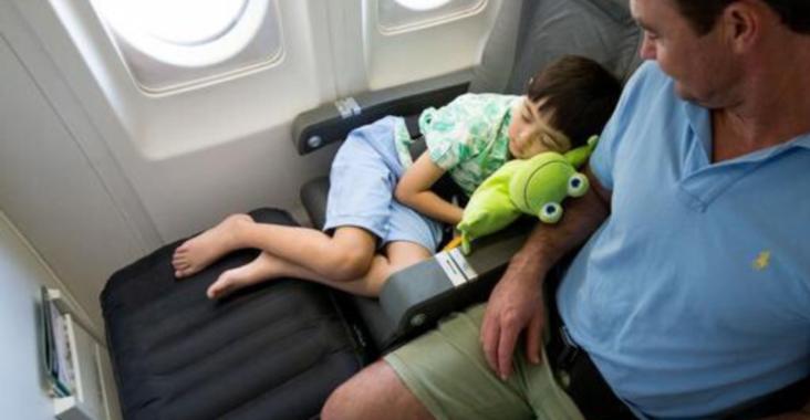 Надувная подушка для ног в самолет