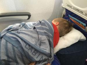 Ребенок спящий в транспорте