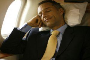 Спящий в самолете мужчина