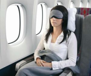 Женщина спит в самолете