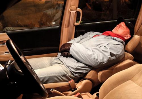 Спящий в машине мужчина