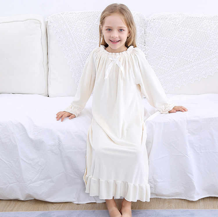 Девочка в ночной сорочке
