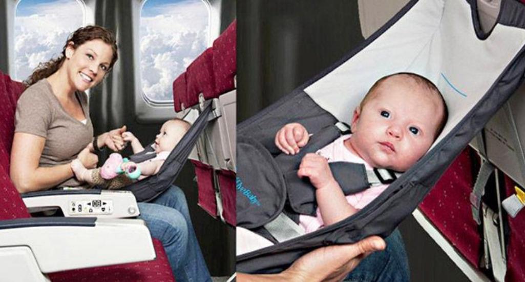 Ребенок в гамаке в самолете