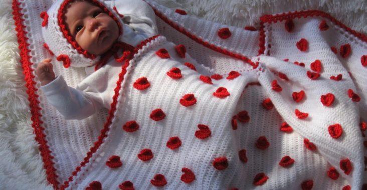 Младенец завернутый в вязаное одеяло