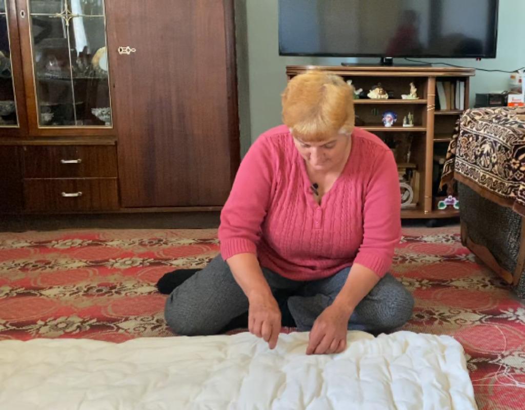 Женщина простегивает одеяло